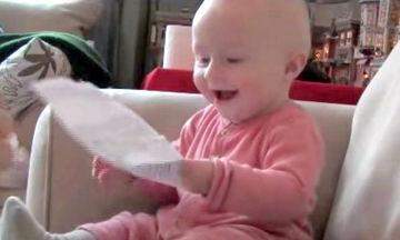 Πολύ γέλιο: Δείτε τι είναι αυτό που κάνει το μωρό να ξεκαρδίζεται (vid)
