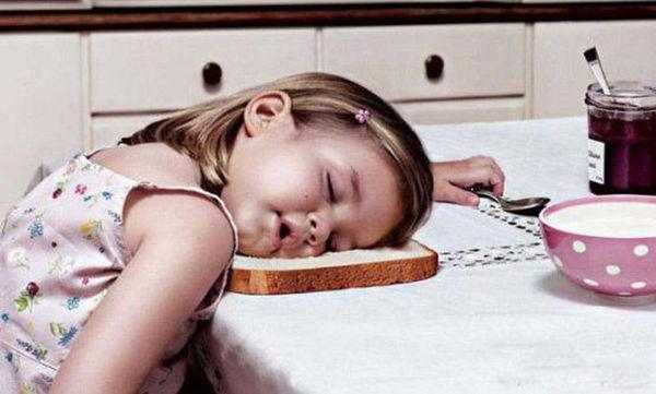 Δεκαπέντε αστείες φωτογραφίες αποδεικνύουν ότι τα παιδιά κοιμούνται όπου βρουν