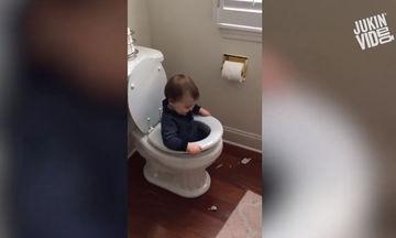 Εσείς τι θα κάνατε αν βλέπατε το μικρό σας μέσα στη λεκάνη μιας τουαλέτας; (vid)