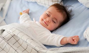 Ύπνος μωρού: Πότε το μετακινούμε από την κούνια σε δικό του κρεβάτι;