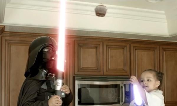 Star Wars: Η «μάχη» ανάμεσα σε δύο μικρά αδέλφια για ένα cupcake (vid)