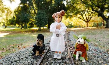 Φωτογράφισε την κόρη της με τα δύο σκυλάκια της οικογένειας και το αποτέλεσμα είναι απολαυστικό!