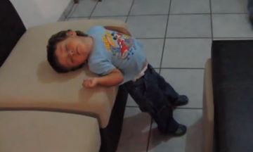Πολύ γέλιο! Παιδιά κοιμούνται οπουδήποτε αλλού εκτός από το κρεβάτι τους (vid)
