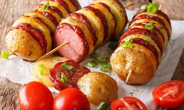 Υπέροχη και λαχταριστή συνταγή για πάρτι και όχι μόνο - Σουβλάκια με λουκάνικα και πατάτες