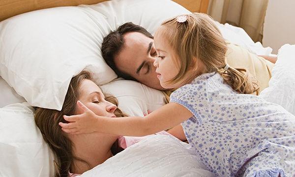 Ύπνος: Είναι σωστό να κοιμάται το παιδί στο κρεβάτι των γονιών του;