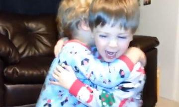 Το τρυφερό βίντεο της ημέρας: Αδελφάκια ανταλλάσσουν φιλιά και αγκαλιές