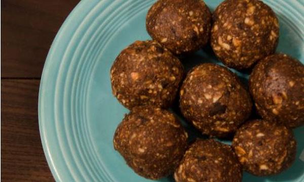 Συνταγή για vegan τρουφάκια σοκολάτας με τρία μόνο υλικά