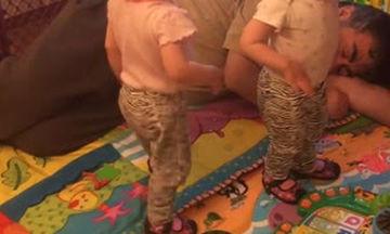 Δείτε με ποιο τρόπο το κοριτσάκι ξυπνά τον παππού που κοιμάται (video)