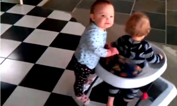 Τα μωρά βρίσκουν την ευτυχία στα πιο απλά πράγματα (video)