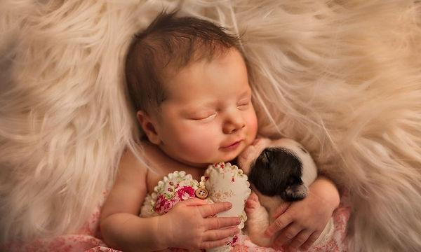 Η συγκινητική ιστορία πίσω από αυτές τις τρυφερές φωτό μωρών με κατοικίδια