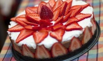 Γιορτή της Μητέρας: Μους σοκολάτας με φράουλες και μπισκότα χωρίς ψήσιμο