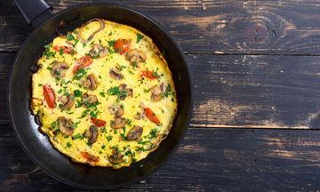 Συνταγή για νόστιμη καλοκαιρινή ομελέτα με ντοματίνια και μανιτάρια