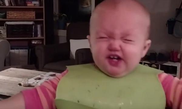 Μωρά δοκιμάζουν για πρώτη φορά νέα φαγητά! Η αντίδρασή τους είναι όλα τα λεφτά (vid)