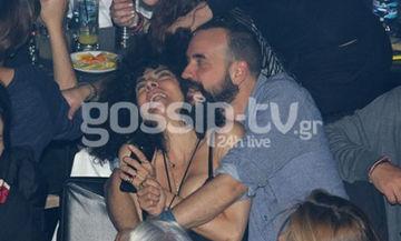 Μουζουράκης-Σολωμού: Ασυγκράτητοι σε βραδινή έξοδό τους! Τα καυτά φιλιά και οι τρυφερές αγκαλιές!