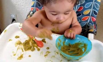 Μωρά χρησιμοποιούν πρώτη φορά κουτάλι και γίνεται ένας μικρός χαμός (video)