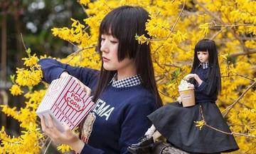 Φωτογραφίζεται με μια κούκλα που της μοιάζει πολύ και το αποτέλεσμα είναι μοναδικό (pics)