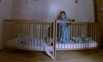 Φοβερό βίντεο: Δείτε τι κάνουν οι μικρές για να φτάσουν την πιπίλα που έπεσε