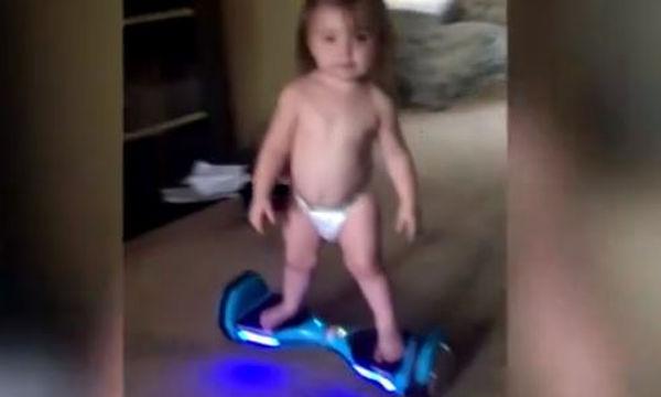 Απίστευτη η μικρή - Δείτε την πως ισορροπεί στο ηλεκτρικό πατίνι
