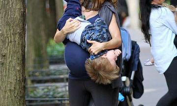 Τι κι αν είναι έγκυος στο τέταρτο παιδί - Έχει αγκαλιά το γιο της και παίζει μαζί του