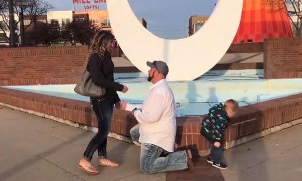 Δεν φαντάζεστε τι κάνει ο μικρός τη στιγμή που η μητέρα του δέχεται πρόταση γάμου (video)