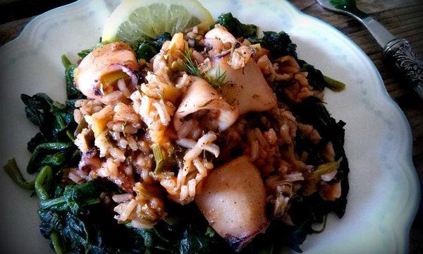 Συνταγή για πεντανόστιμα καλαμαράκια με ρύζι και σπανάκι