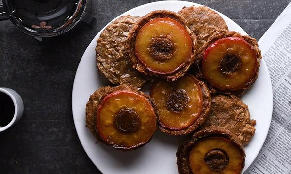 Δύο σε ένα: Cookies από καρύδα με καραμελωμένα ψητά μήλα