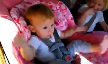 Πολύ γέλιο! Βρήκαν τον τρόπο πώς να ξυπνήσουν το μωρό (video)