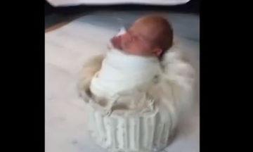 Δείτε τι κρατάει το νεογέννητο κατά τη φωτογράφησή του (βίντεο)