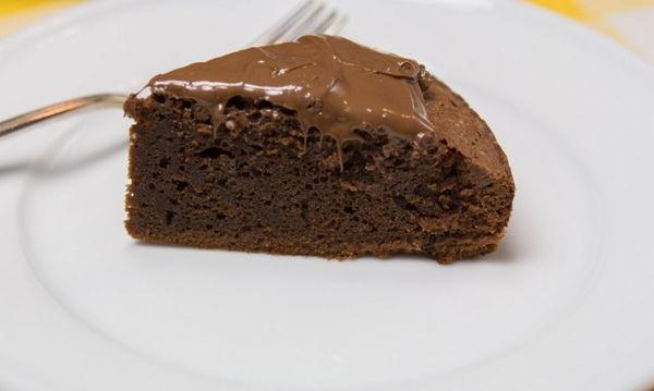 Φτιάξτε το πιο σοκολατένιο κέικ, μόνο με 3 υλικά!