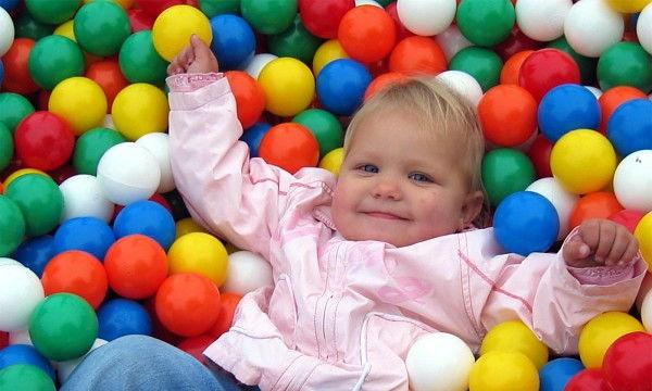 Το πάρκο παιχνιδιού pop-up με μπαλάκια θα ξετρελάνει το μωρό σας