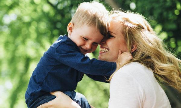Πέντε τρόποι να δείξετε στα παιδιά σας ότι νοιάζεστε για εκείνα (εκτός από το Σ' αγαπώ)