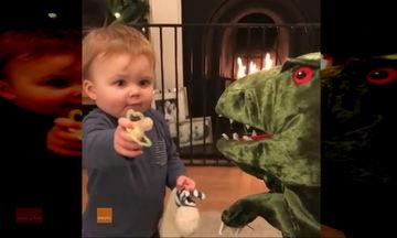 Τόσο γλυκό: Αγοράκι μοιράζεται την πιπίλα με το φίλο του τον δεινόσαυρο! (video)