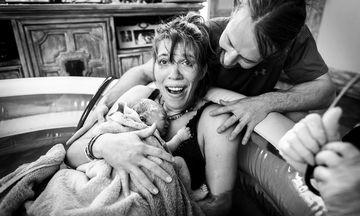 Καλλιτεχνικές φωτογραφίες τοκετού αποτυπώνουν την ομορφιά της γέννησης ενός μωρού