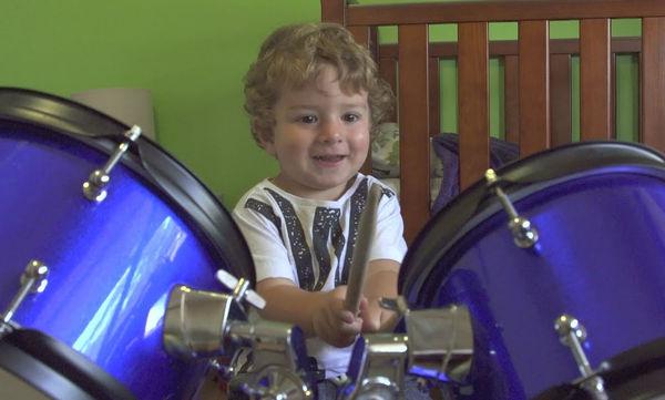 Απίθανος ο μικρούλης: Είναι μόλις 2 χρονών και παίζει καταπληκτικά ντραμς! (video)