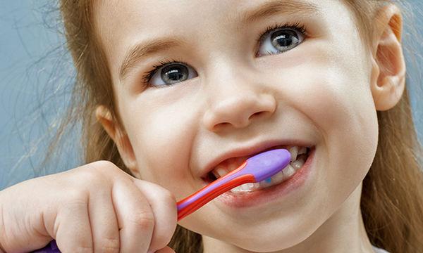 Γιατί οι παιδικές οδοντόβουρτσες έχουν χρωματιστές τρίχες; Υπάρχει λόγος