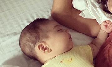 Πρωινές αγκαλιές με τον 2 μηνών γιο της (pics)