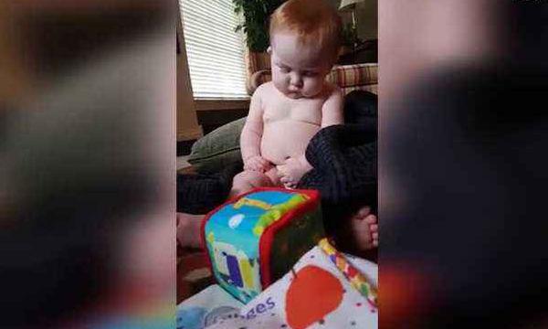 Είναι τόσο κουρασμένο αυτό το μωρό - Κοιμάται την ώρα που παίζει (video)