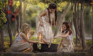 Φωτογράφος βρήκε έναν διαφορετικό τρόπο να έρθουν τα παιδιά σε επαφή με τη φύση (pics)