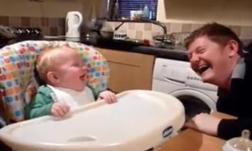 Μπαμπάς και γιος γελάνε με τον ίδιο τρόπο και τρελαίνουν το διαδίκτυο (vid)