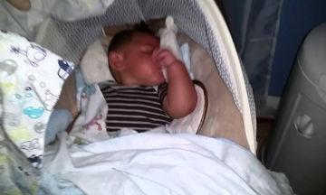 Δείτε τι κάνει αυτό το μωρό την ώρα που κοιμάται (video)