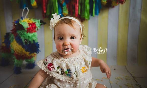 Δείτε πώς φωτογραφήθηκε αυτή η μικρούλα με αφορμή τα 1α της γενέθλια (pics)
