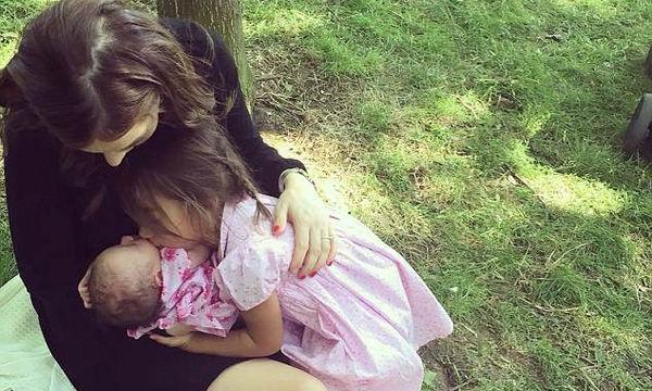 Γνωστή ηθοποιός θηλάζει τη νεογέννητη κόρη της στο πάρκο (pics)