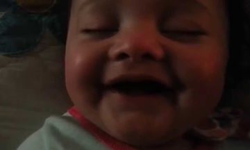 Το πιο γλυκό βίντεο: Δεν θα μπορείτε να πάρετε τα μάτια σας από αυτό το μωρό