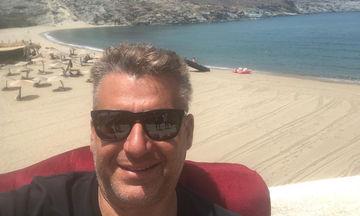 Γιώργος Λιάγκας: Οι πρώτες βουτιές με τα παιδιά του στην Τήνο (pics)