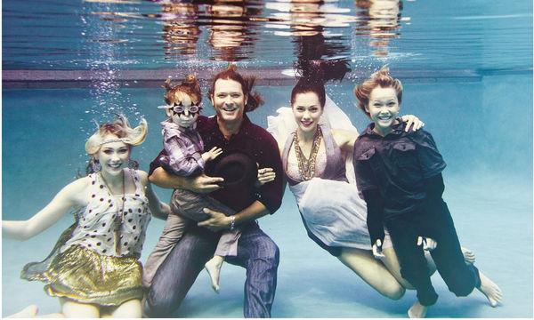 Υπέροχες οικογενειακές φωτογραφίες κάτω από το νερό, που τις ζηλέψαμε
