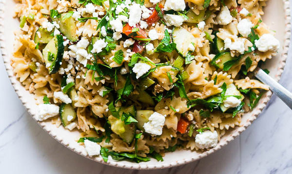 Καλοκαιρινή σαλάτα ζυμαρικών με σως λεμονιού - Δοκιμάστε την!