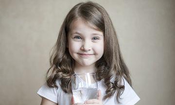 Πόσο νερό πρέπει να πίνουν τα παιδιά τους καλοκαιρινούς μήνες;