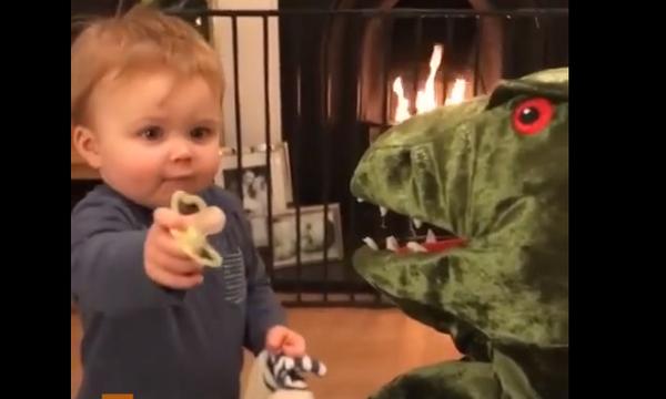 Τι γλυκούλι! Μωρό δίνει την πιπίλα του σε ένα λούτρινο δεινόσαυρο (video)