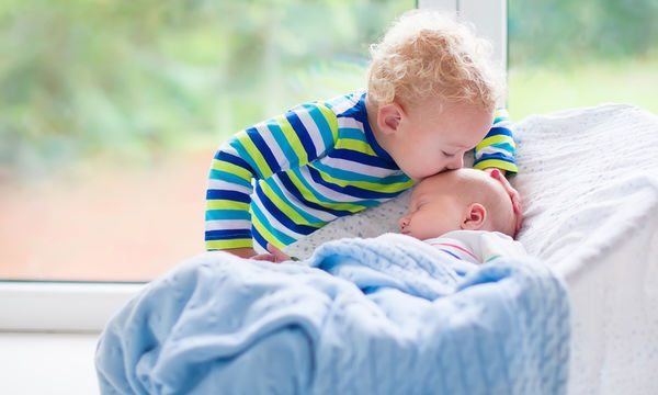 Πως θα βοηθήσετε το μεγαλύτερο παιδί να προσαρμοστεί με το νέο μωρό