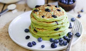 Συνταγή για πεντανόστιμα avocado pancakes με blueberries